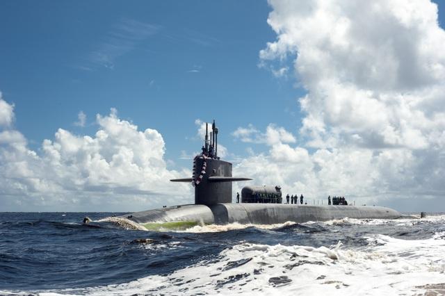 Mỹ điều tàu ngầm hạt nhân, chiến hạm uy lực tới gần Iran - 1