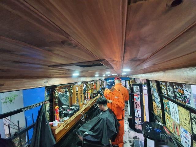 Tiệm cắt tóc lưu động trên xe buýt ở Sài Gòn - 11