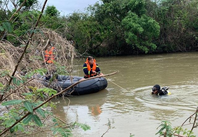 3 thanh niên bị lật thuyền khi vượt dòng sông Ba, một người tử vong - 1