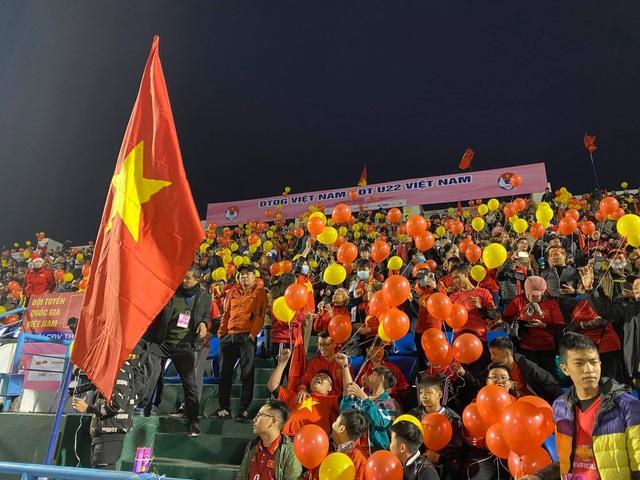 Cổ động viên phủ đỏ khán đài trong trận đấu của tuyển Việt Nam - 8