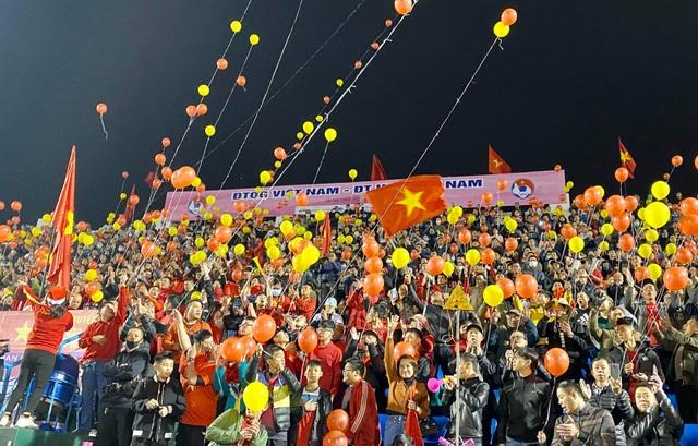 Cổ động viên phủ đỏ khán đài trong trận đấu của tuyển Việt Nam - 5
