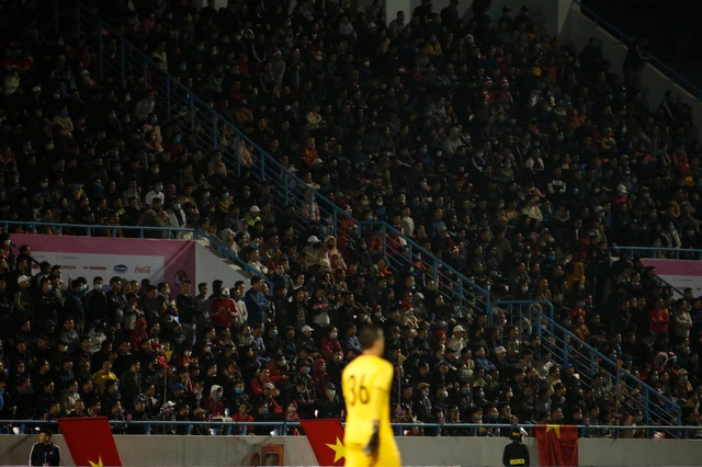 Cổ động viên phủ đỏ khán đài trong trận đấu của tuyển Việt Nam - 9