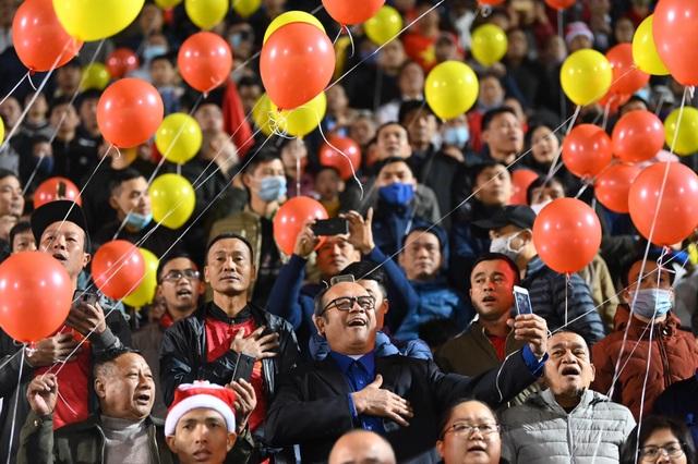 Cổ động viên phủ đỏ khán đài trong trận đấu của tuyển Việt Nam - 3