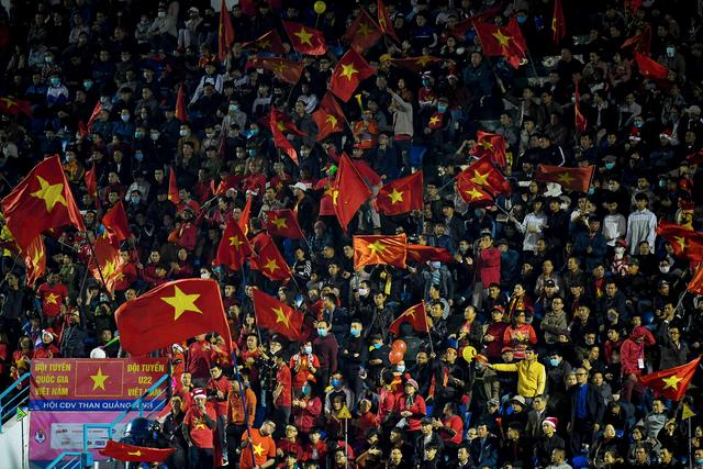 Cổ động viên phủ đỏ khán đài trong trận đấu của tuyển Việt Nam - 2