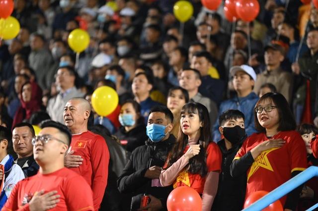 Cổ động viên phủ đỏ khán đài trong trận đấu của tuyển Việt Nam - 7