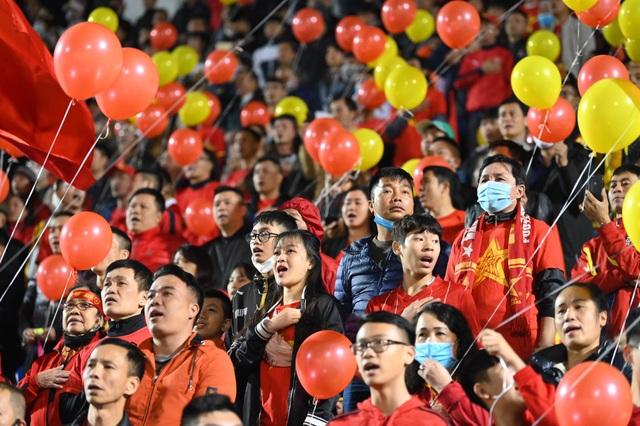 Cổ động viên phủ đỏ khán đài trong trận đấu của tuyển Việt Nam - 4