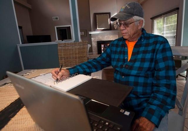 Ông cụ trả hóa đơn điện, nước, khí đốt... cho 114 hộ gia đình - 1