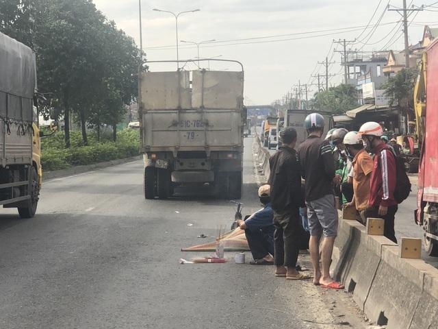 Phi xe máy vào làn ô tô, nam thanh niên bị xe tải cán chết thảm - 3
