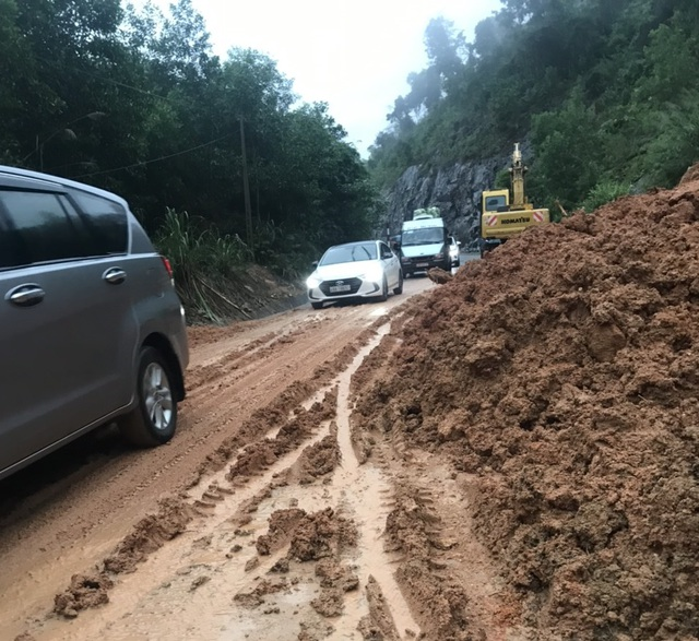 Hàng nghìn m3 đất đá đổ xuống đường Nha Trang - Đà Lạt sau mưa lớn - 2