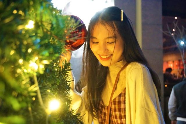 Bất chấp trời lạnh, người dân Đà Nẵng rộn ràng đi chơi Noel sớm - 3