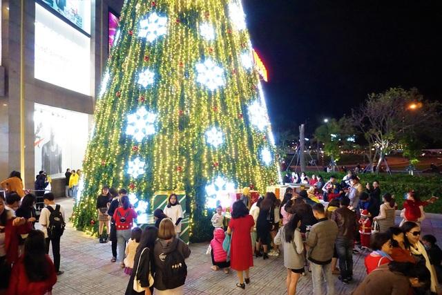 Bất chấp trời lạnh, người dân Đà Nẵng rộn ràng đi chơi Noel sớm - 1
