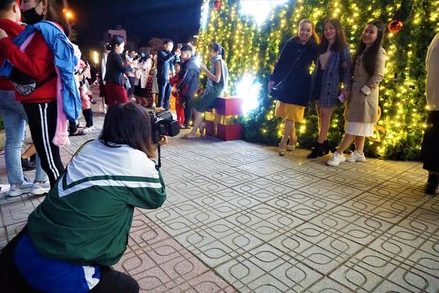 Bất chấp trời lạnh, người dân Đà Nẵng rộn ràng đi chơi Noel sớm - 11