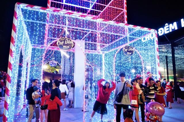 Bất chấp trời lạnh, người dân Đà Nẵng rộn ràng đi chơi Noel sớm - 12