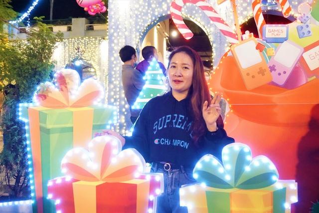 Bất chấp trời lạnh, người dân Đà Nẵng rộn ràng đi chơi Noel sớm - 13