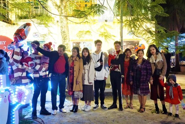 Bất chấp trời lạnh, người dân Đà Nẵng rộn ràng đi chơi Noel sớm - 14