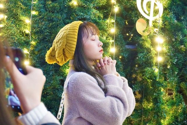 Bất chấp trời lạnh, người dân Đà Nẵng rộn ràng đi chơi Noel sớm - 4