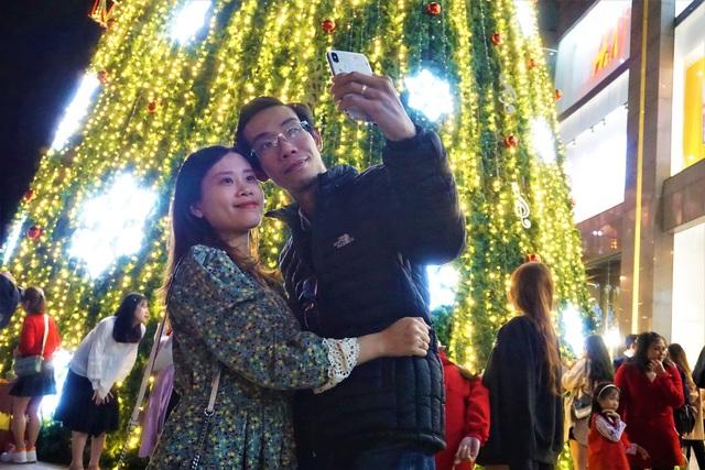 Bất chấp trời lạnh, người dân Đà Nẵng rộn ràng đi chơi Noel sớm - 5