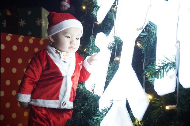 Bất chấp trời lạnh, người dân Đà Nẵng rộn ràng đi chơi Noel sớm - 7