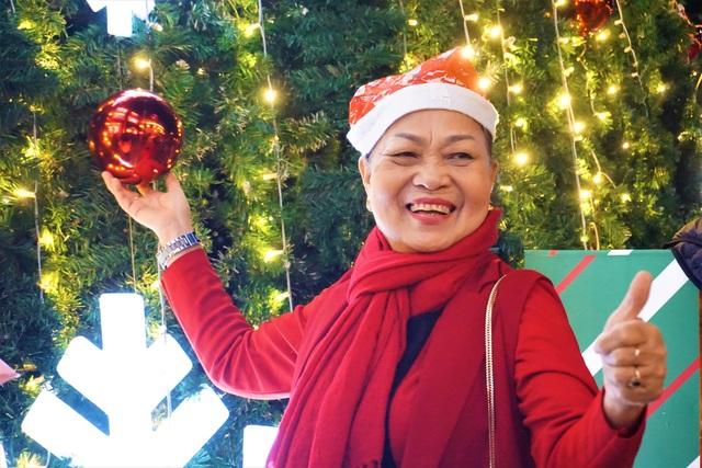 Bất chấp trời lạnh, người dân Đà Nẵng rộn ràng đi chơi Noel sớm - 9