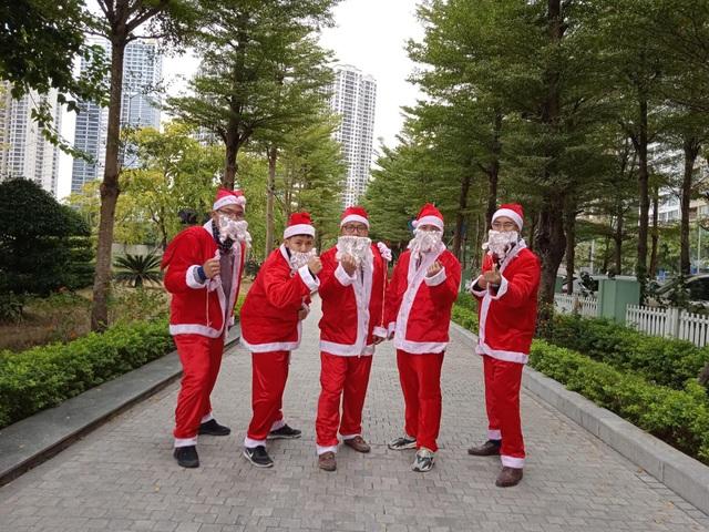 Ông già Noel tấp nập xuống phố: Mặt bịt khẩu trang, tay thu tiền triệu - 2