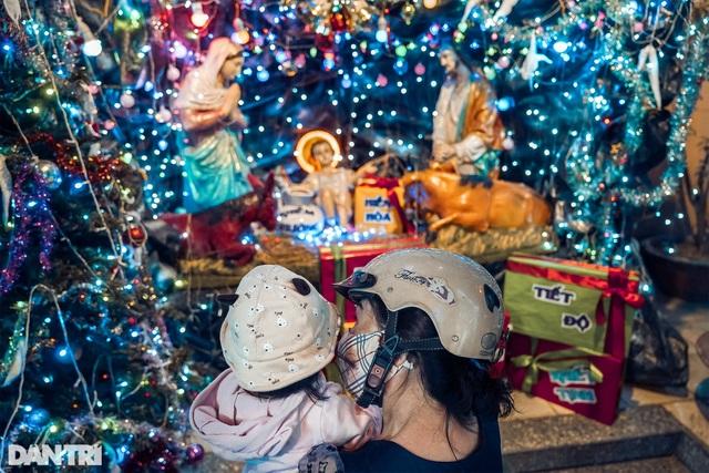 Những con hẻm lung linh ánh đèn đón mùa Noel khác biệt - 10