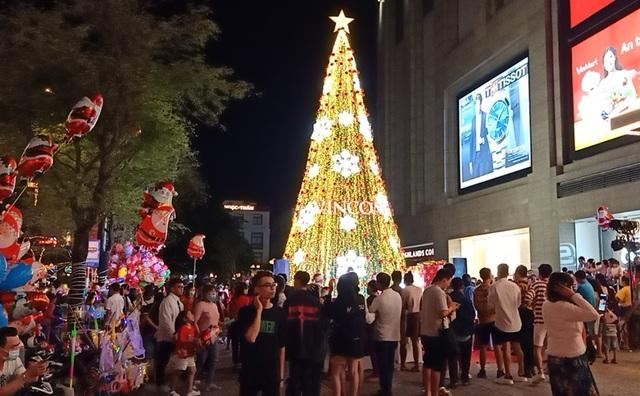Người dân trên cả nước nô nức đón lễ Giáng sinh - 6