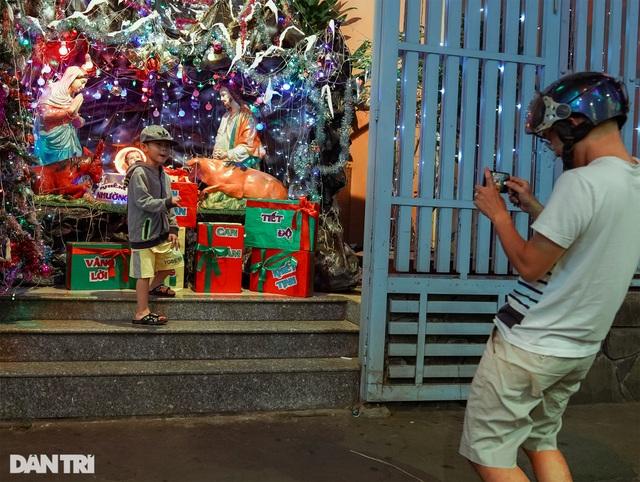 Những con hẻm lung linh ánh đèn đón mùa Noel khác biệt - 12