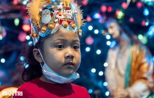 Những con hẻm lung linh ánh đèn đón mùa Noel khác biệt - 13