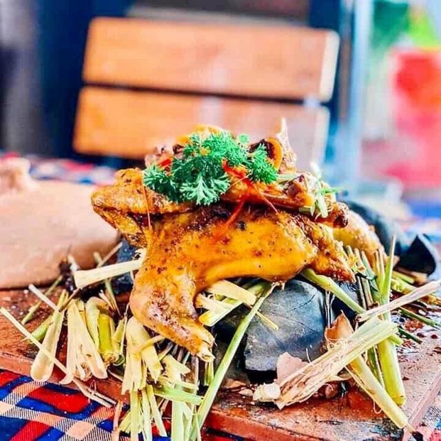 Lạ lùng gà nướng đá núi lửa ở Đà Lạt, thực khách ăn phải dùng búa đập niêu - 2