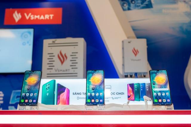 Người dùng háo hức trải nghiệm điện thoại Vsmart 5G Make in Vietnam - 1