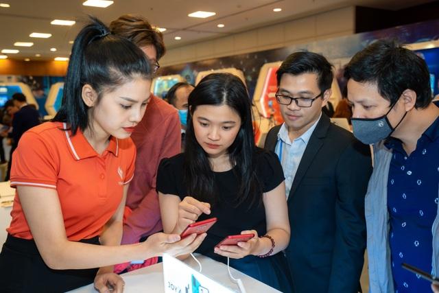 Người dùng háo hức trải nghiệm điện thoại Vsmart 5G Make in Vietnam - 3