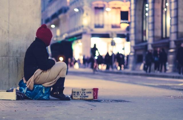 Những người vô gia cư được mời vào ở trong khách sạn 2 tuần - 1
