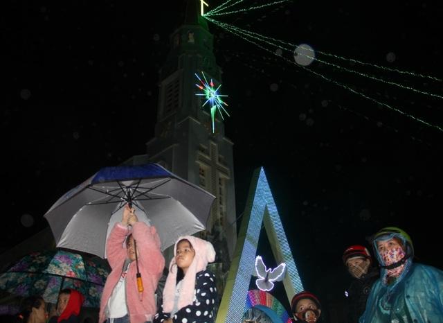 Người dân trên cả nước nô nức đón lễ Giáng sinh - 26