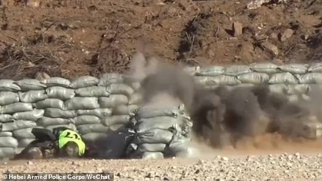 Binh sĩ Trung Quốc suýt chết vì tuột tay làm rơi lựu đạn - 1