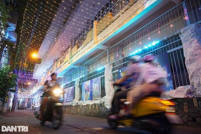 Những con hẻm lung linh ánh đèn đón mùa Noel khác biệt - 5