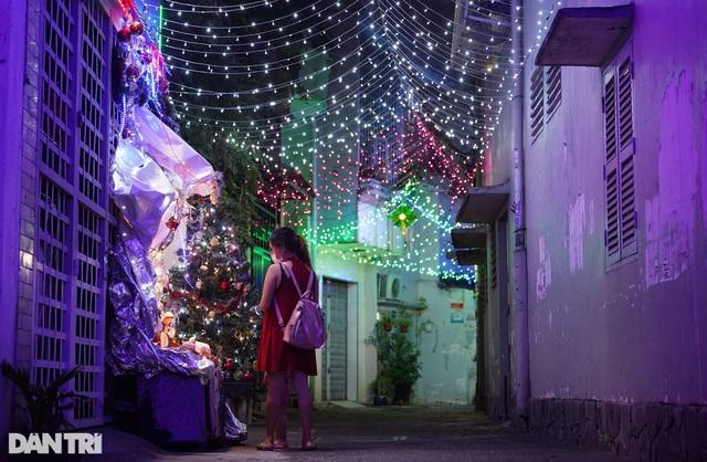 Những con hẻm lung linh ánh đèn đón mùa Noel khác biệt - 6