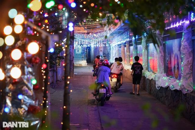 Những con hẻm lung linh ánh đèn đón mùa Noel khác biệt - 7