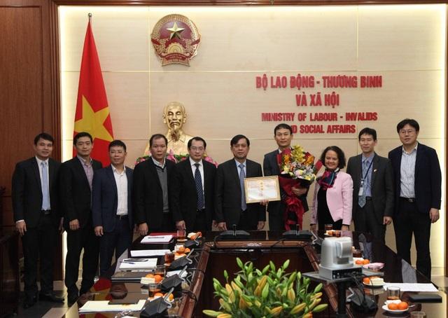 Trao Kỷ niệm chương tới đại diện Cơ quan Phát triển nguồn nhân lực Hàn Quốc - 2