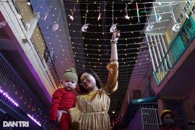 Những con hẻm lung linh ánh đèn đón mùa Noel khác biệt - 8