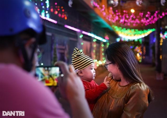 Những con hẻm lung linh ánh đèn đón mùa Noel khác biệt - 9