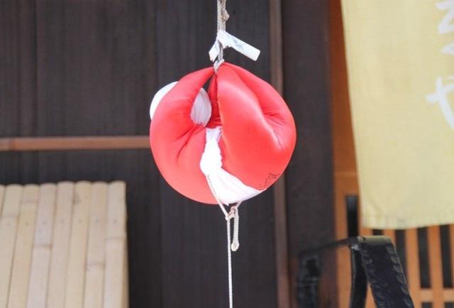 Khỉ nhồi bông vải đỏ: Bùa hộ mệnh đặc biệt treo trước cửa nhà - 2