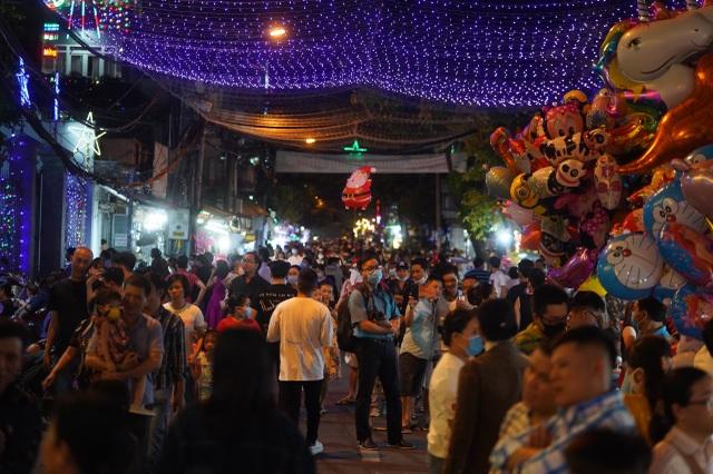 Người Sài Gòn mừng đón Giáng sinh trong không khí trật tự - 16