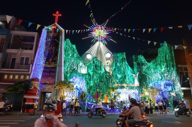 Người Sài Gòn mừng đón Giáng sinh trong không khí trật tự - 14