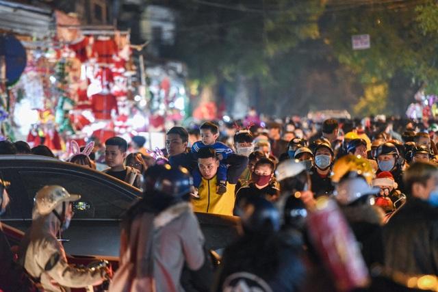 Giới trẻ Hà Nội đổ lên phố Hàng Mã đi chơi Noel - 8