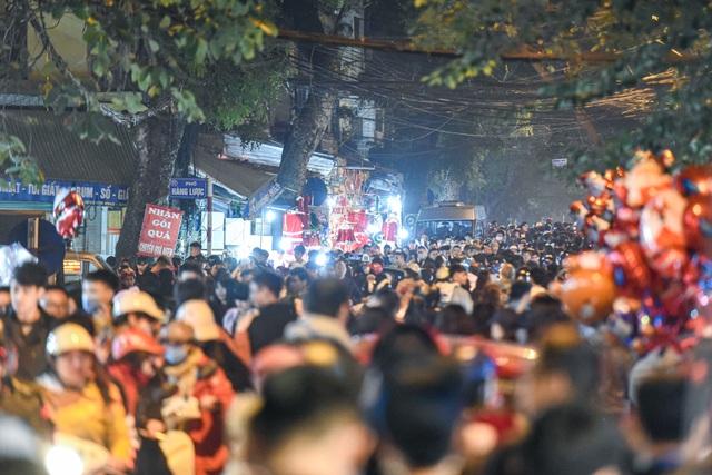 Giới trẻ Hà Nội đổ lên phố Hàng Mã đi chơi Noel - 12
