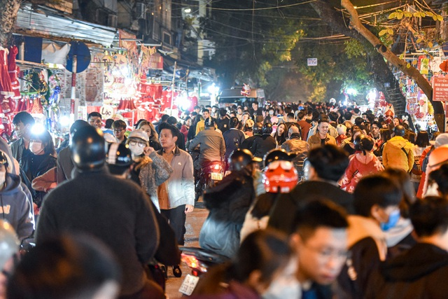 Giới trẻ Hà Nội đổ lên phố Hàng Mã đi chơi Noel - 9