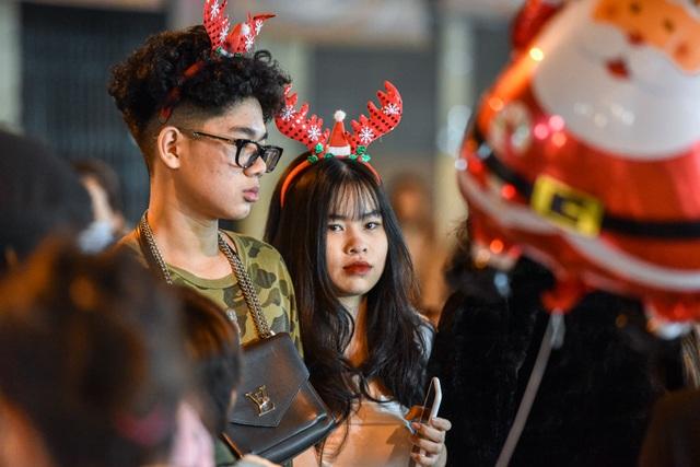 Giới trẻ Hà Nội đổ lên phố Hàng Mã đi chơi Noel - 11