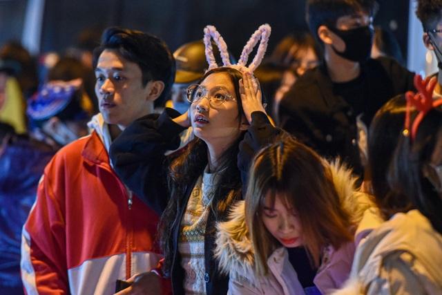 Giới trẻ Hà Nội đổ lên phố Hàng Mã đi chơi Noel - 6