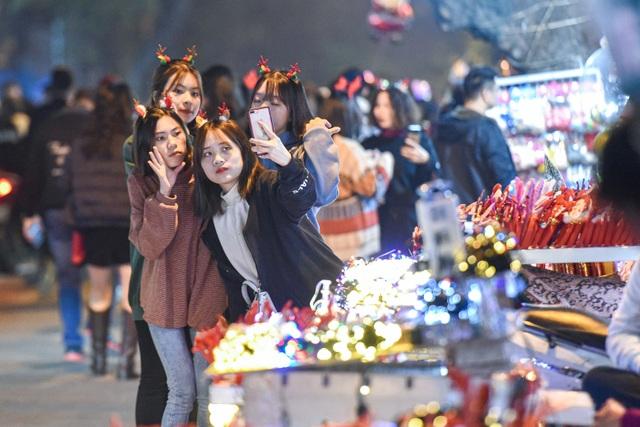 Giới trẻ Hà Nội đổ lên phố Hàng Mã đi chơi Noel - 4