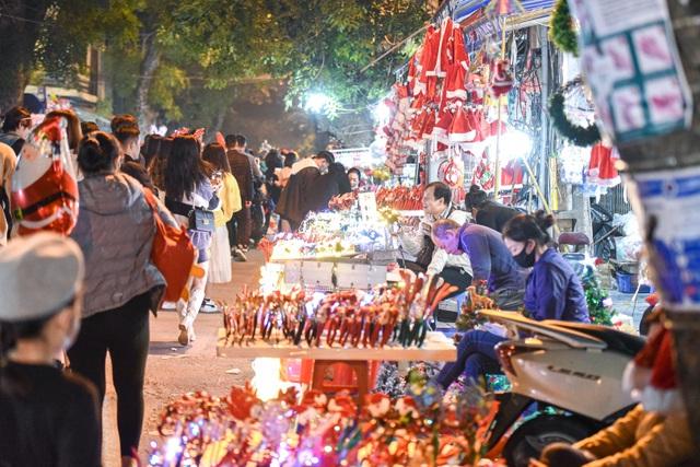 Giới trẻ Hà Nội đổ lên phố Hàng Mã đi chơi Noel - 2
